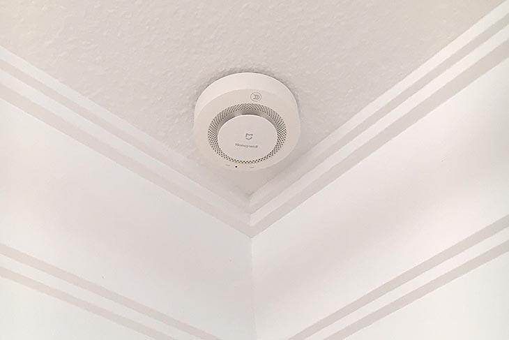 Detector de humos colocado en el techo